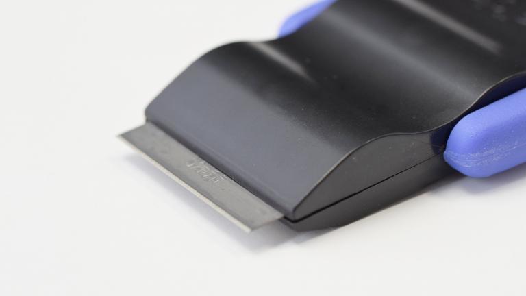 ナルビーの「ナピカ」「ナピカZ」の刃は切味の良いカーボン鋼製、ガラスやタイルなどの硬く平らな面の付着物を力強く削ぎ落とします