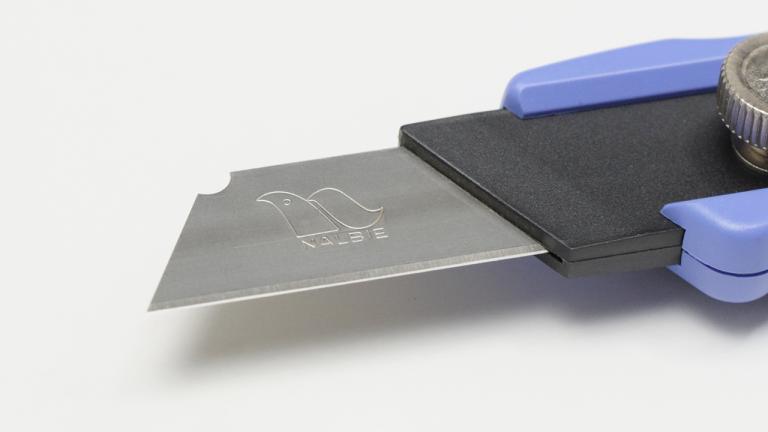 ナルビーのナイフ「ルピカ」 ステンレス製の刃にはロゴマークが入っています
