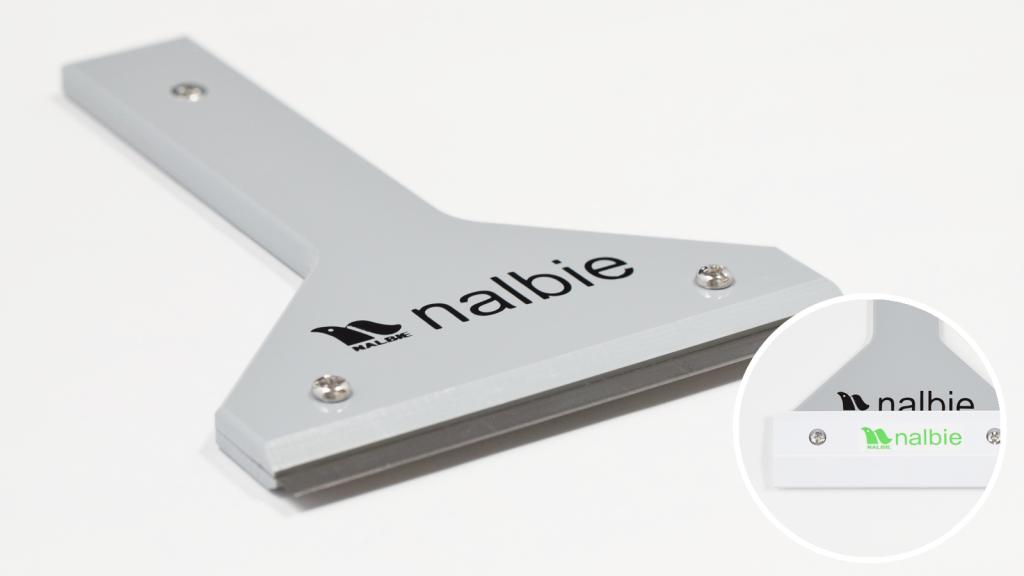 ナルビーの業務量スクレーパー、三枚刃ホルダーT型(専用カバー付き)。持ち手が付いているので作業がしやすくなっています。