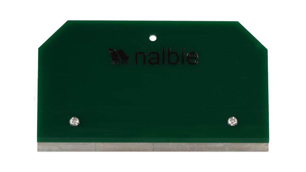 ナルビーの定番、業務用ガラススクレーパー「四枚刃ホルダー」。広い範囲を一気にこすり落としたい時に。