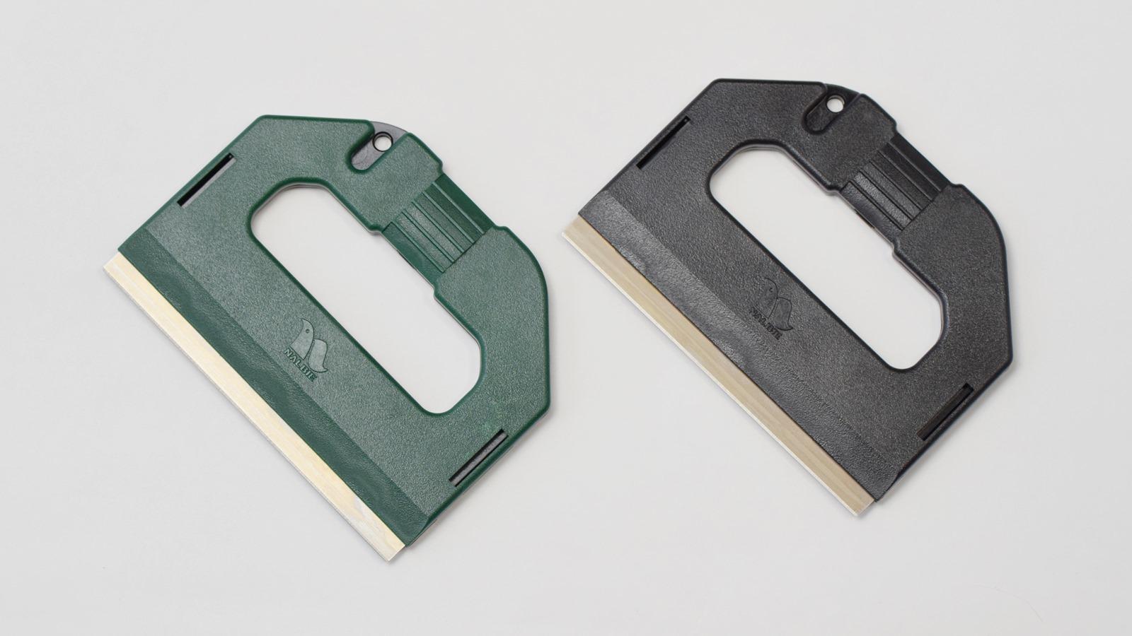 ナルビーのプロ用大型スクレーパー「S-PRO」は、スライドパネルを片手でスライドするだけで刃をカバーできる安全設計です。