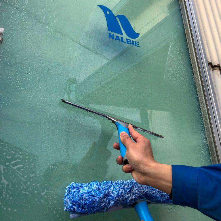 窓掃除にはナルビーのシャンパーとスクイジーの二刀流使いがお勧めです