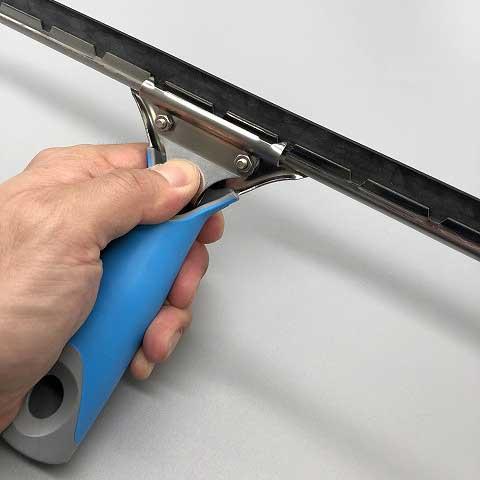 ナルビーのスクイジーハンドルの裏面クリップを押すだけで、スクイジーチャンネルやゴムの交換が簡単に行えます