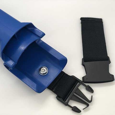 ナルビーのバケットは、バックルで素早く着脱可能なベルトループ付き。バックルを外せばベルトをしたまま溜まった水を捨てられます。